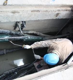 万邦员工与客户安装队合作完成地下电缆的敷设安装工作
