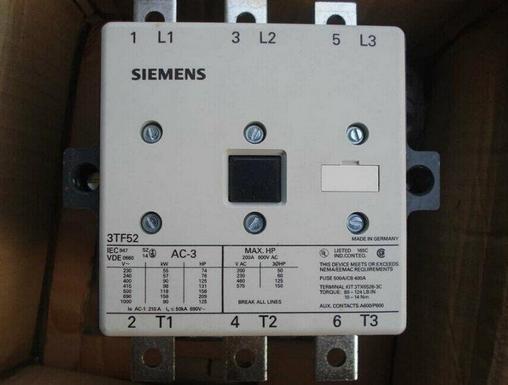 当交流真空接触器电磁线圈不通电时,弹簧的反作用力和衔铁芯的自重使主触点保持断开位置。当电磁线圈通过控制回路接通控制电压(一般为额定电压)时,电磁力克服弹簧的反作用力将衔铁吸向静铁心,带动主触点闭合,接通电路,辅助接点随之动作。 锚点交流真空接触器的结构特点 1、接触器由磁系统、接触系统、和辅助触头组成。 2、接触器为立体结构布置,上部为接触系统,下部为电磁系统。 3、磁系统由线圈、铁心和整流装置组成,装在用铸铝合金制成或用DMC制成的底座内。 4、接触器为平面结构布置,左部为接触系统,右部为电磁系统。