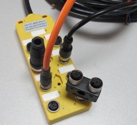 M12传感器/执行器分配器技术参数 供电电压: 24VDC 电源指示灯: 绿色LED I/O通道数: 8 输出点: 2 输出指示灯: 黄色LED 常开 供电电流: max.2A/连接端 外壳材质: 塑料 防护等级: IP68 耐温范围: -20...+80℃ 阻抗: 优良的抗化学品和油特性 目前现有:4口座、8口座(更多口座有一定数量均可生产)