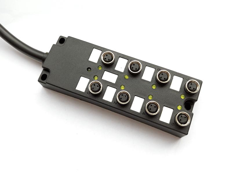 开关量输出模块主要有分组式和分隔式两种接线方式, 分组式输出是几个输出点为一组,一组有一个公共端,各组之间是分隔的,可分别用于驱动不同电源的外部输出设备;分隔式输出是每一个输出点就有一个公共端,各输出点之间相互隔离。选择时主要根据PLC输出设备的电源类型和电压等级的多少而定。一般整体式PLC既有分组式输出,也有分隔式输出。