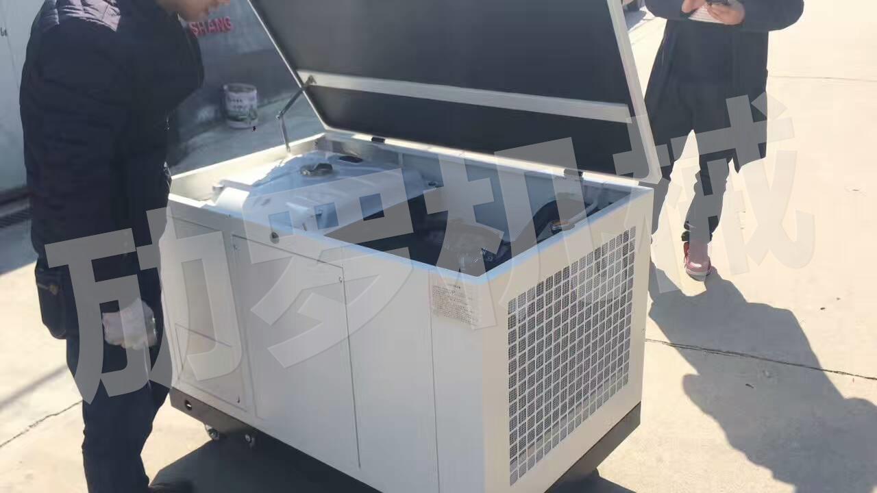 规划清晰,装有机油报警灯、电压表、燃油计等功能,使用方便.【